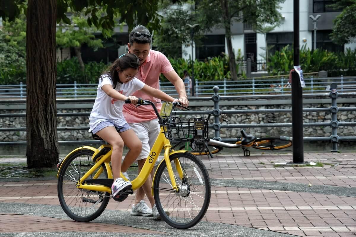 bisiklet kullanmayı öğrenen çocuk